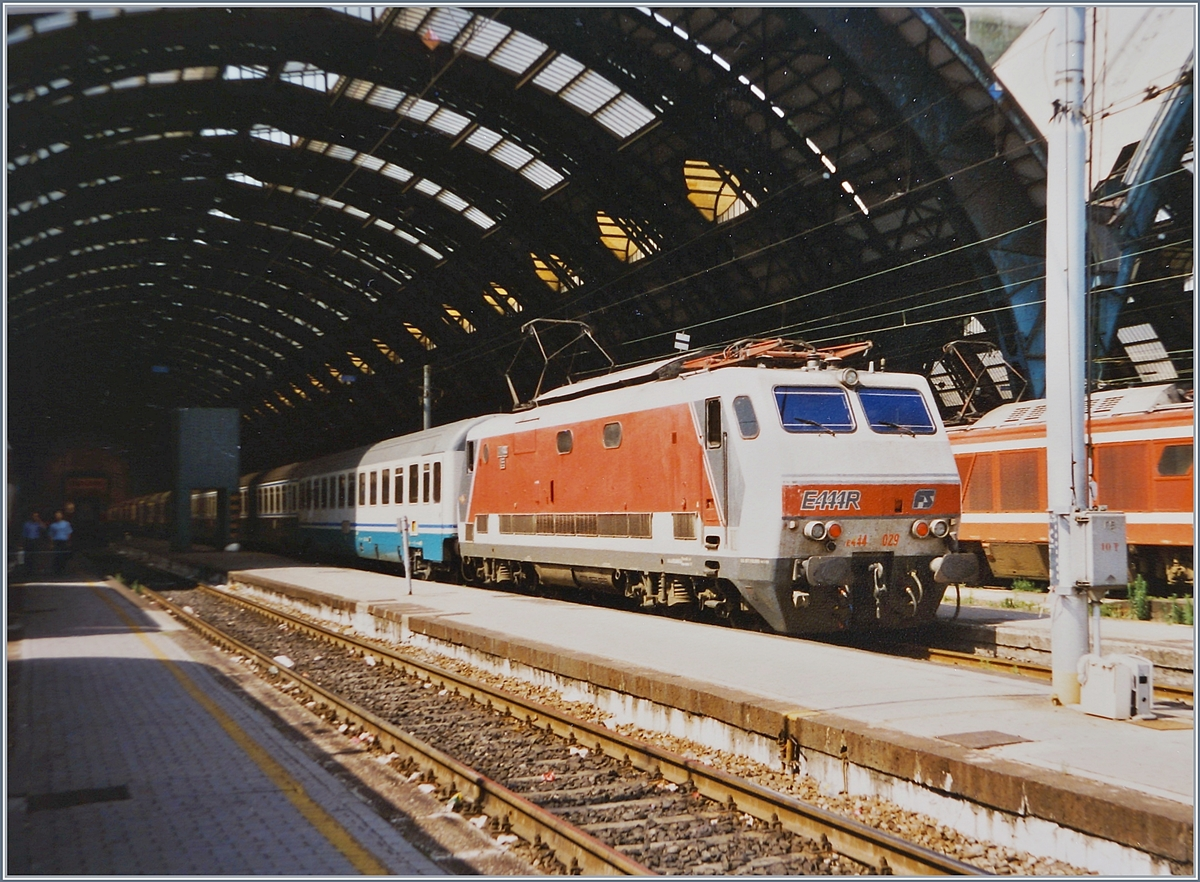 The FS E 444 029 with an IC in Milano Centrale.