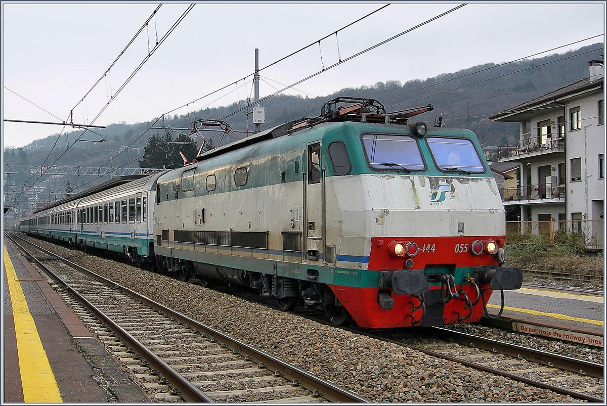 The FS E 444 055 with an internation train service to Switzerland by his stop in Stresa.