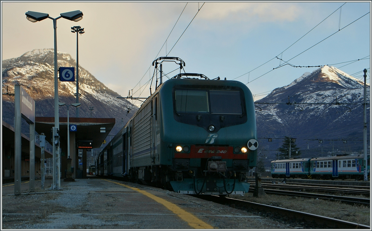 The FS E 464 240 in the early morning in Domodossola-.