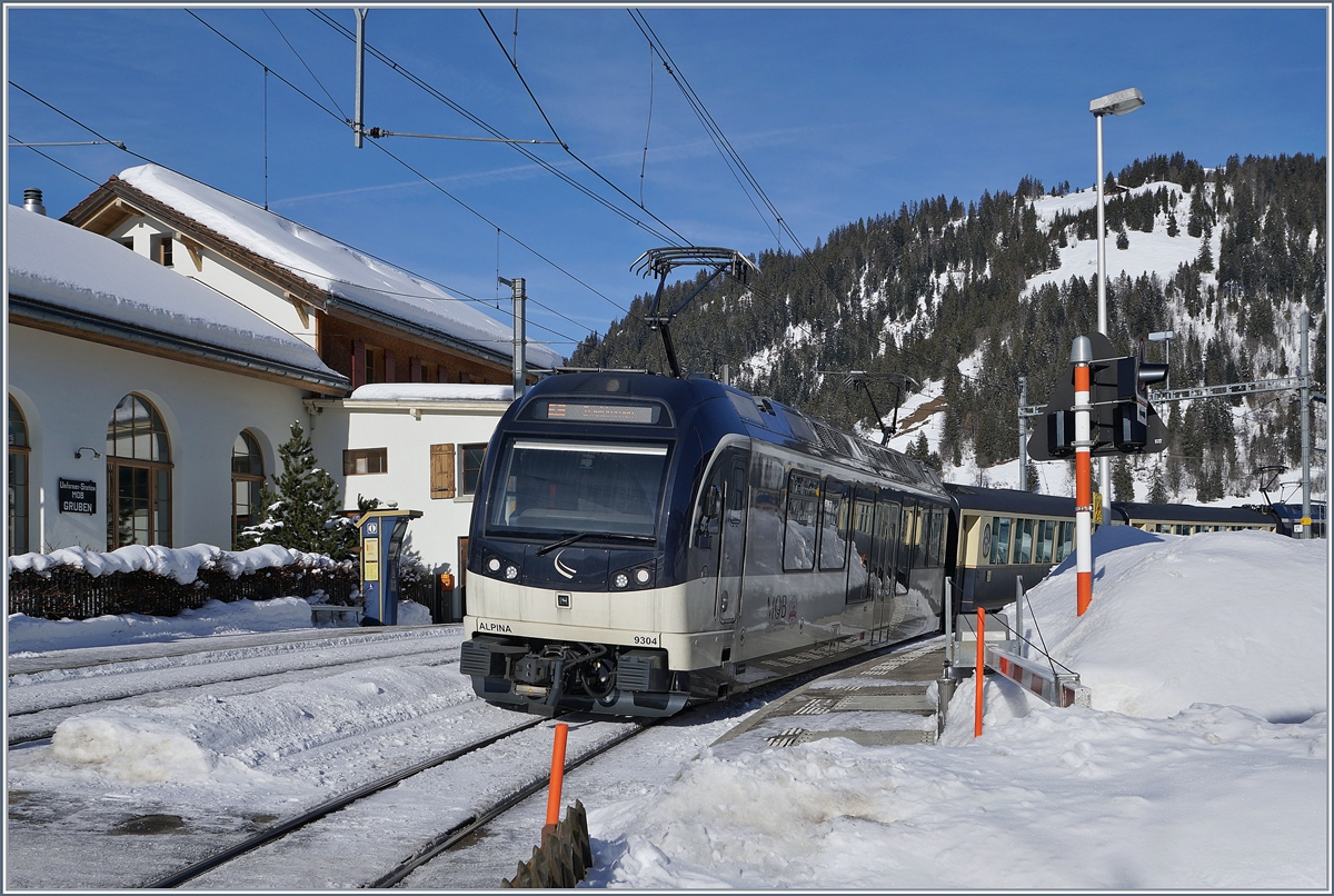 The MOB Alpina ABe 4/4 9304 with the RE 2214 GoldenPass MOB Belle Epoque from Montreux to Zweisimmen by his stop in Gruben.