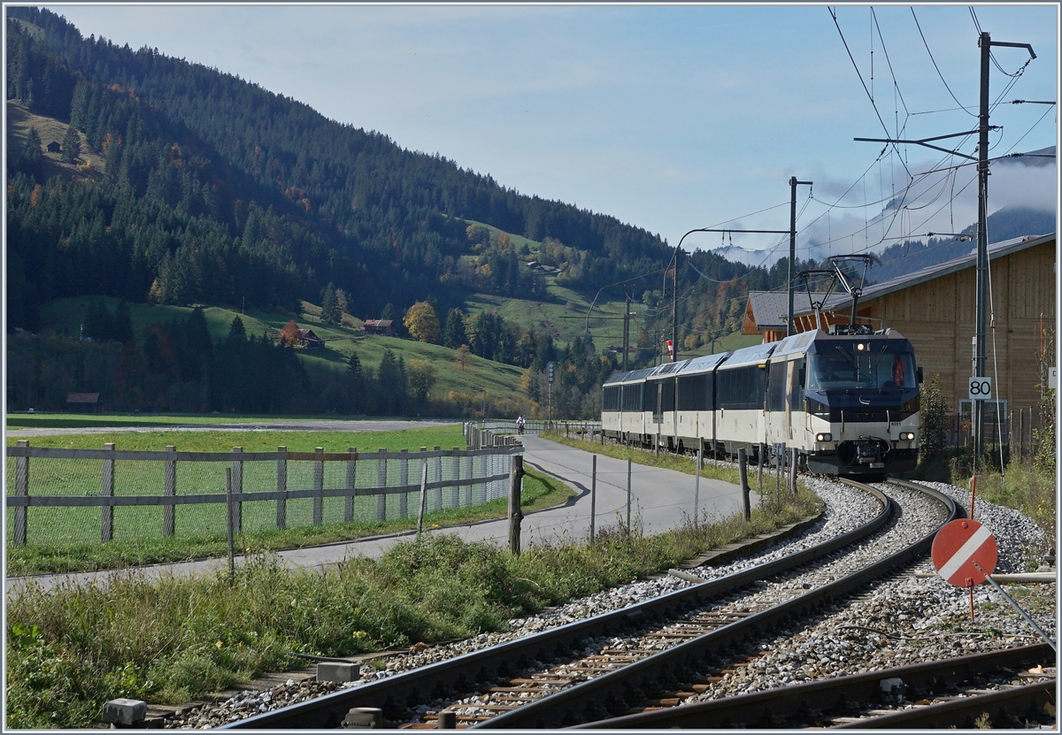 The MOB Ge 4/4 8001 is arriving at Saanen. 