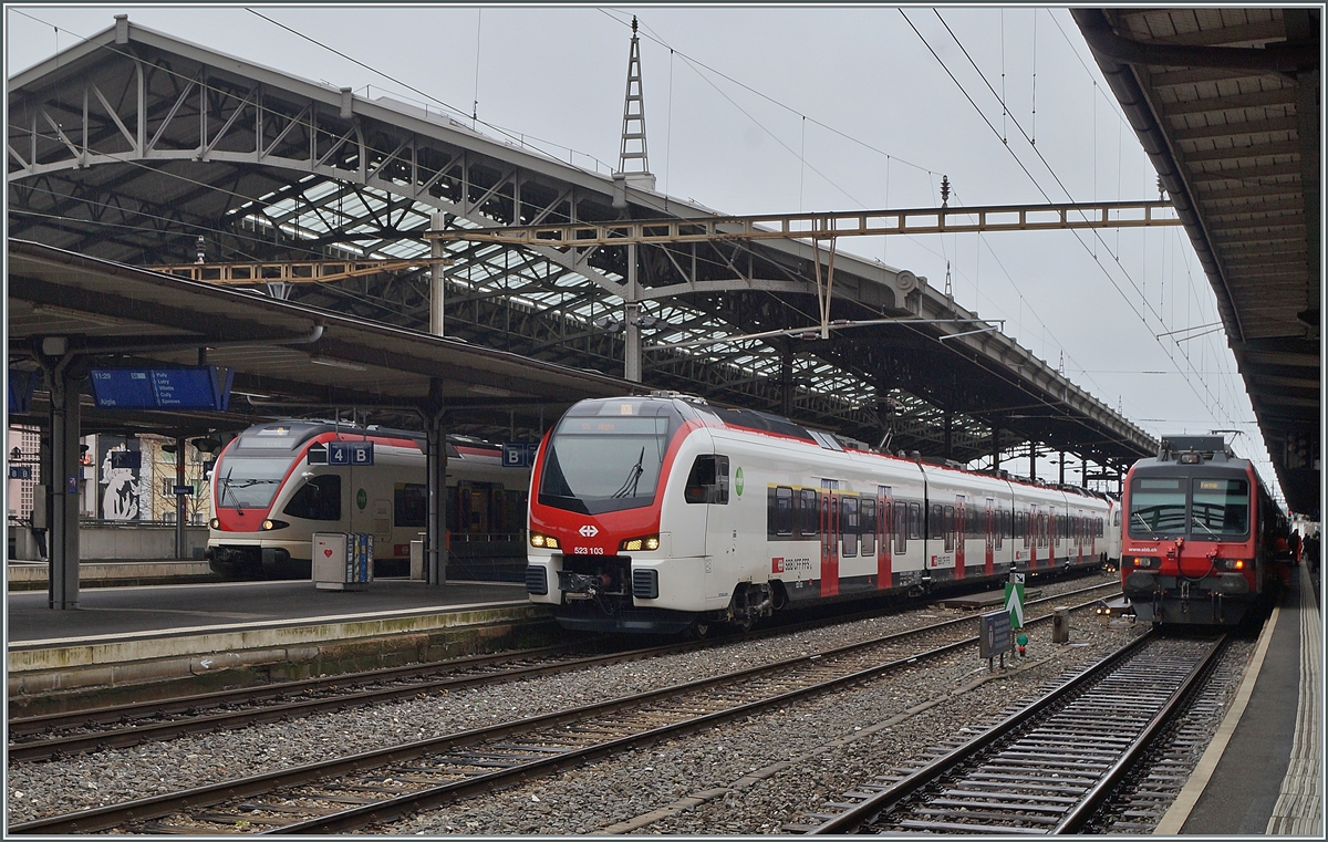 The new Flirt 3 RABe 523.1 in Lausannne: the RABe 523 103 (UIC 94 85 4 523 103-7 CH-SBB) and RABe 523 104 (UIC 9485 4 523 104-1 CH-SBB) are the als S 5 on the way to Aigle.