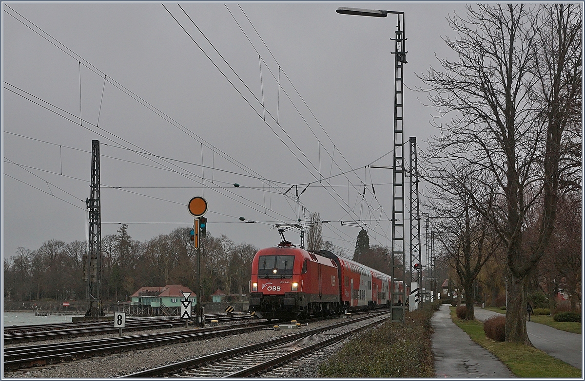 The ÖBB 1016 043 is arriving by a bad weather in Lindau.