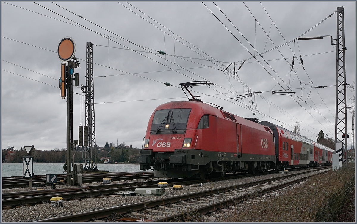 The ÖBB 1016 043 wiht his local train is arriving at Lindau. 