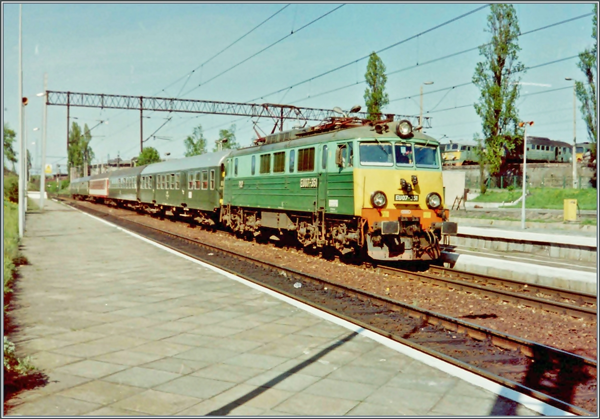 The PKP EU07 351 with the local train 8732 from Stargrad to Zagen by his stop in Kostrzn.