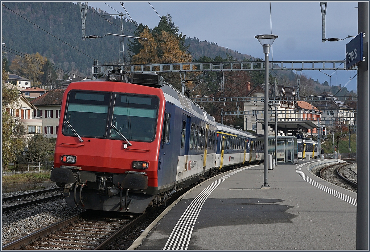 The RE 18123 from Frasne to Neuchâtel by his stop in Travers.