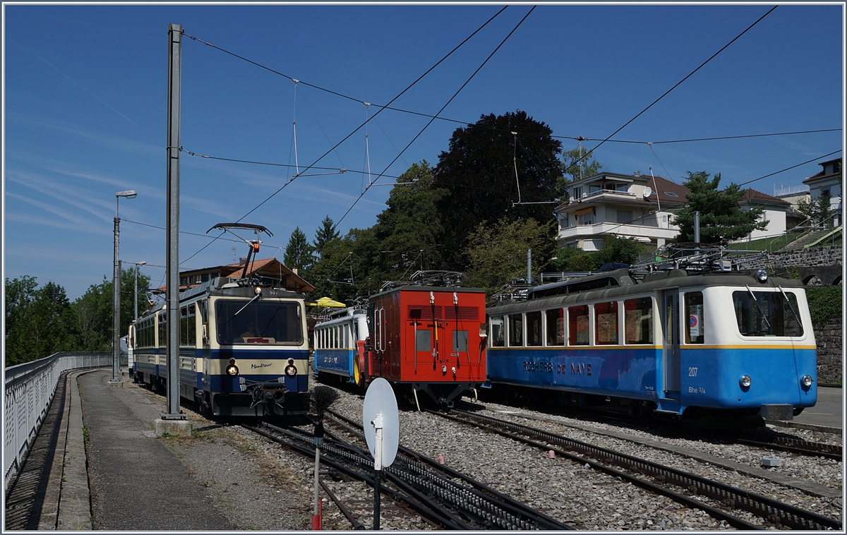 The Rochers de Naye Bhe 4/8 301 and 305 are leaving Glion on the way to Montreux.