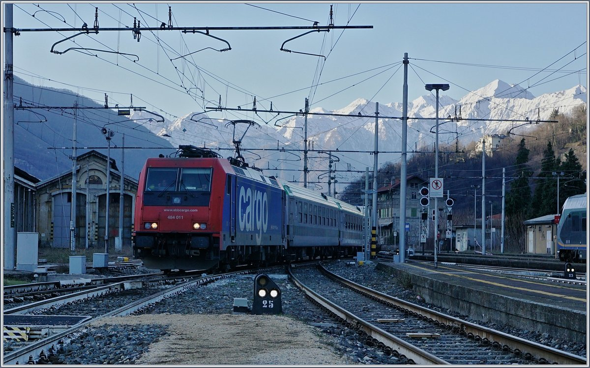 The SBB Cargo Re 484 011 is arriving at Domosossola.