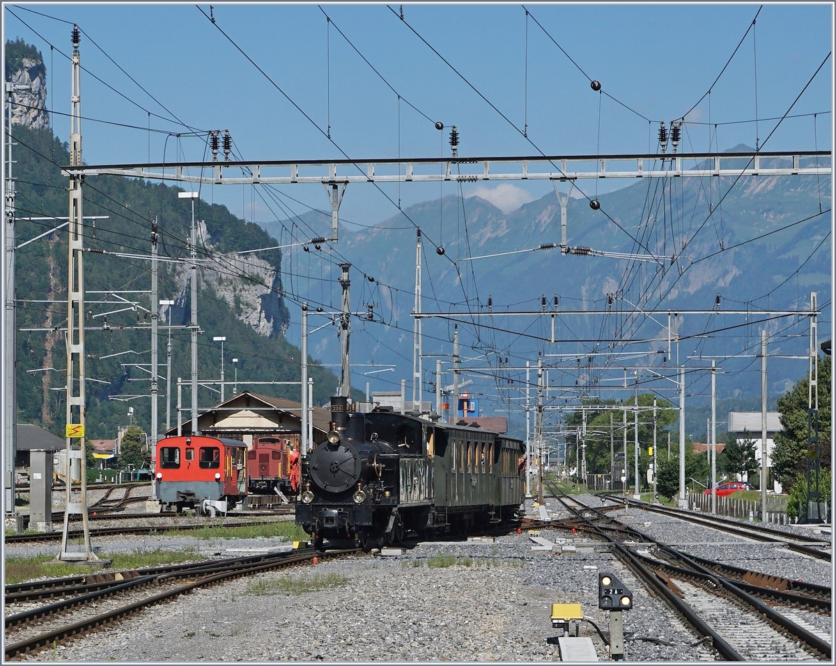 The SBB G 3/4 208 (by the Ballenberg Dampfbahn) is arriving at Meiringen.