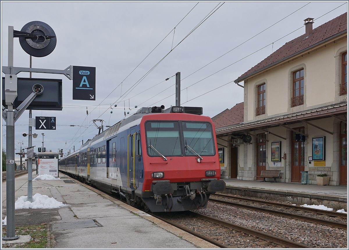 The SBB NPZ RBDe 562 is waiting his departur to Neuchatel in Frasne.