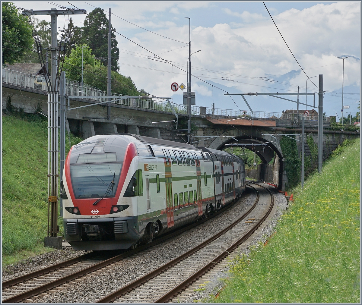 The SBB RABe 511 030 on the way toSt-MAurice by Villeneuve. 
