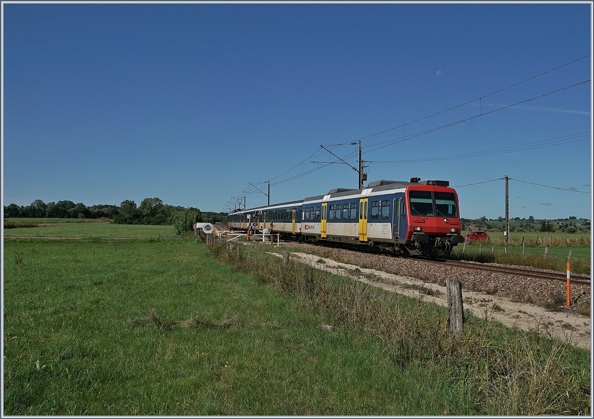 The SBB RE 18123 from Frasne (F) to Neuchâtel (CH) between la Rivière Drugeon (F) and Ste-Colombe (F). 