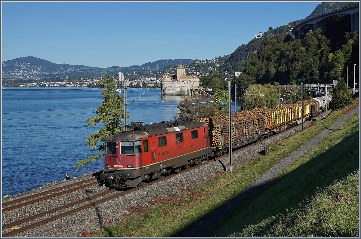 The SBB Re 420 298-2 with a Cargo train by the Castle of Chillon.
