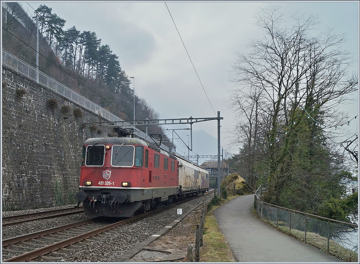 The SBB Re 420 326-1 with a short Cargo Train near the Castle of Chillon.