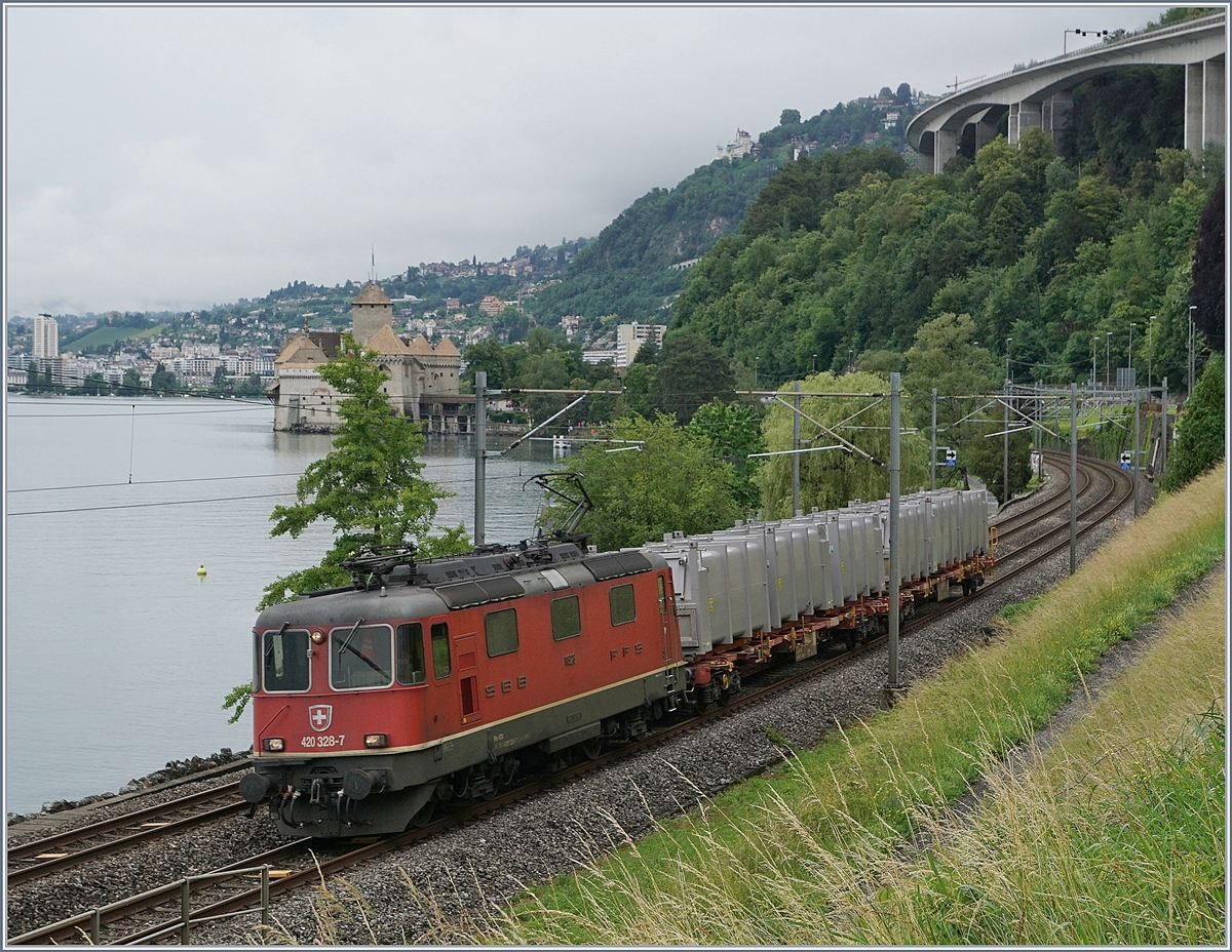 The SBB Re 420 328-7 wiht a short Cargo train by the Castle of Chillon.