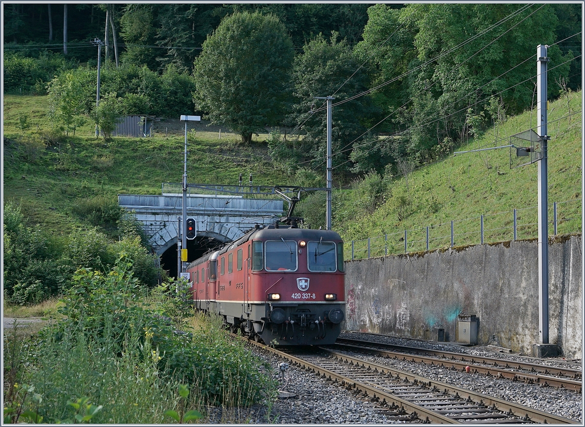 The SBB Re 420 37-8 and a SBB Re 6/6 in Läufelfingen.