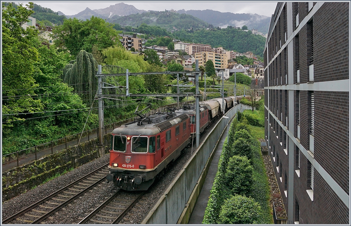 The SBB Re 4/4 II 11275 and an other one with the  Spaghetti -Cargo from Italie to French here to see in Montreux.