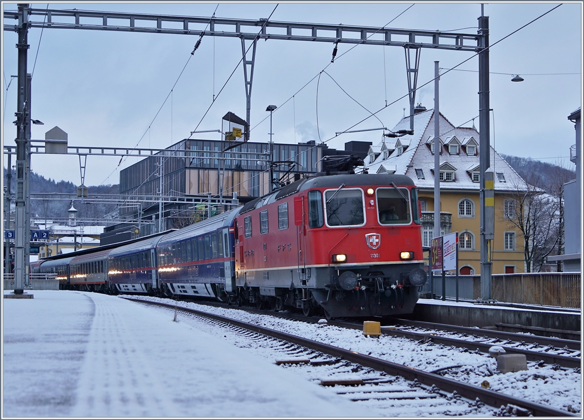 The SBB Re 4/4 II 11301 with a Night Jet from Hamburg/Berlin to Zürich by his stop in Brugg AG. 