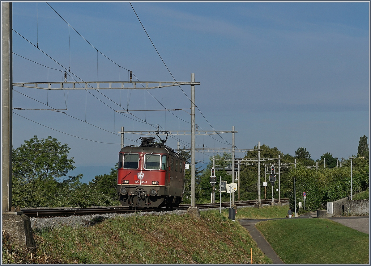The SBB Re 4/4 II 11345 (Re 420 345-1) between La Coversion and Bossière. 