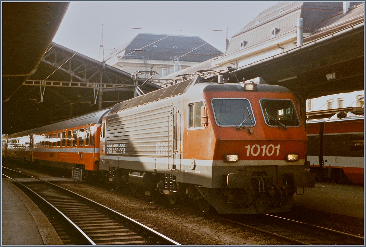 The SBB Re 4/4 IV 10101 with the IC 335  Lemano  from Genneva to Milan by his stop in Lausanne. 