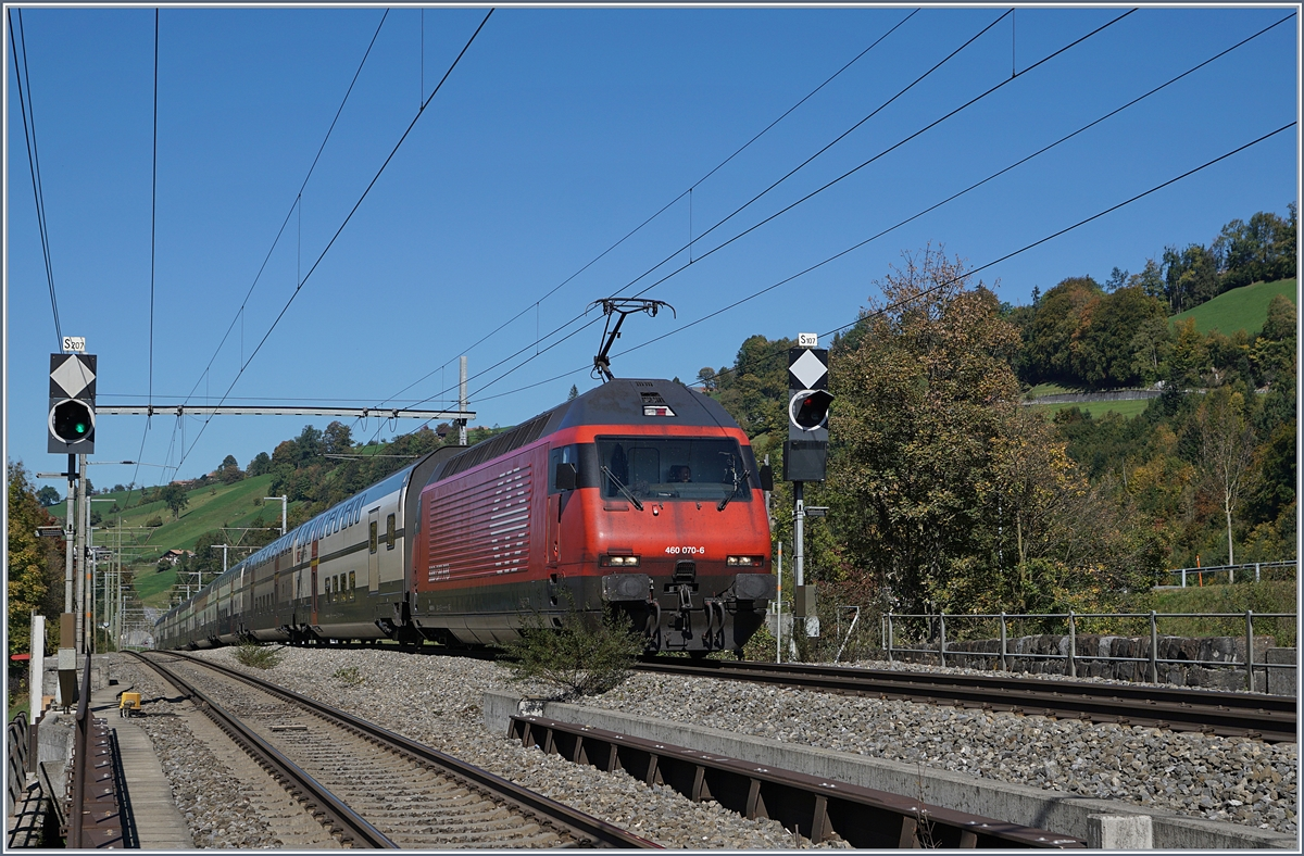 The SBB Re 460 070-6 with an IC to Brig by Mülenen. 10.10.2018