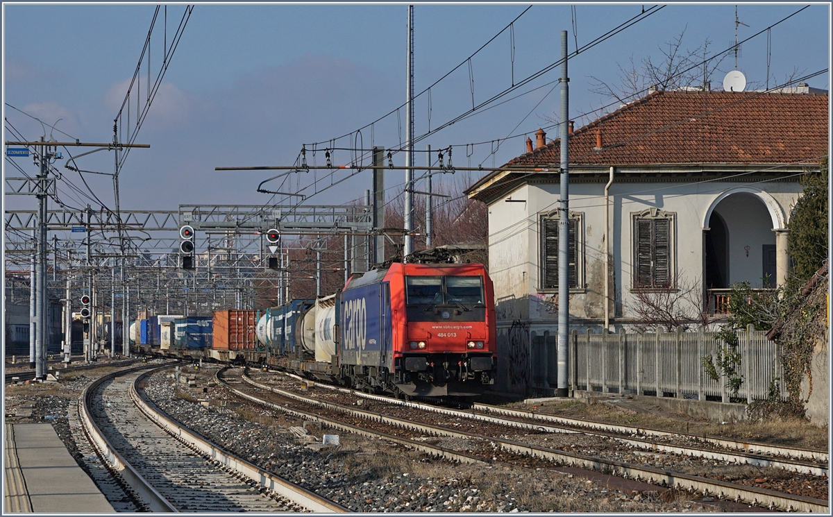 The SBB Re 484 013 is arriving with a Cargo Train at Gallarte.