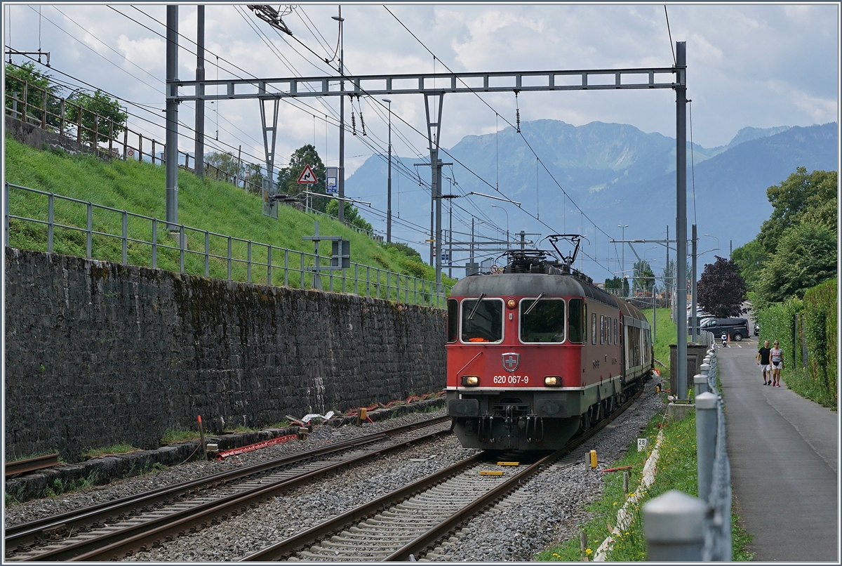 The SBB Re 620 067-9 with the  Novelis  Cargo Service from Sierre to Göttingen by Villeneuve . 