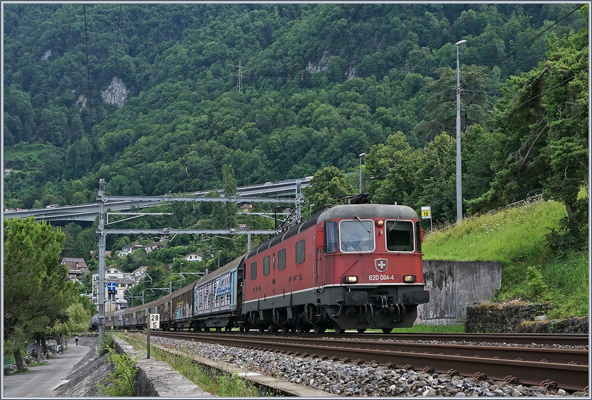 The SBB Re 620 084-4 with a Cargo train by Villeneuve. 