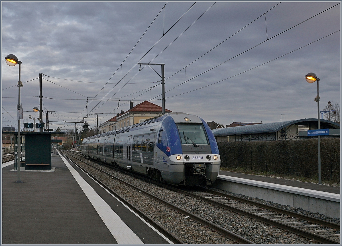 The SNCF 27 534 on the way from St Gervais to Annecy by his departure in La Roche sur Foron. 
