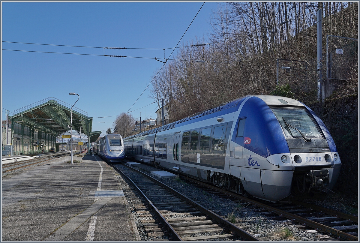 The SNCF 86706 and the TGV 287 are waiting in Evian her next service. 