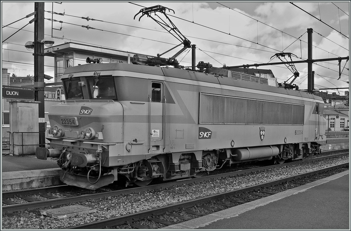 The SNCF BB 22354 in Dijon.