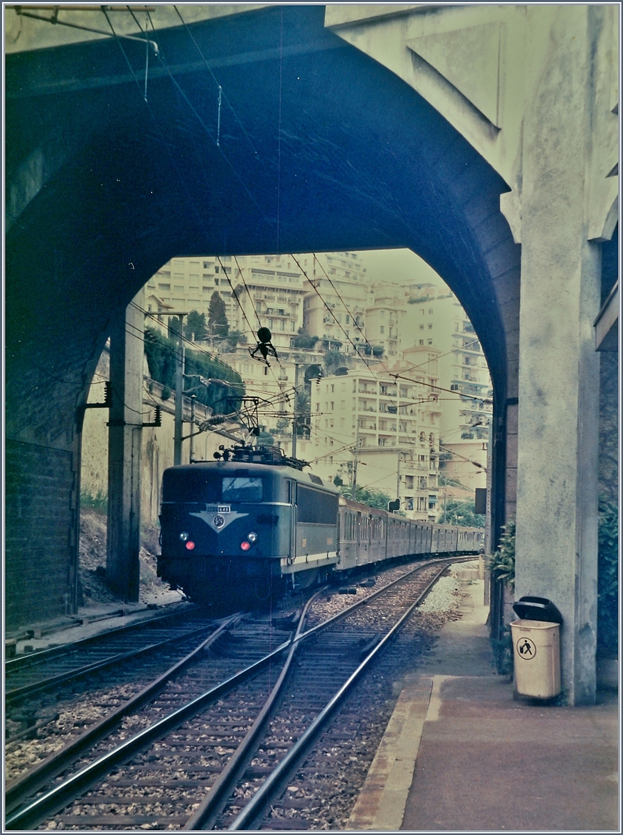The SNCF BB 25648 is leaving from the old Monaco Monte Carlo Station.