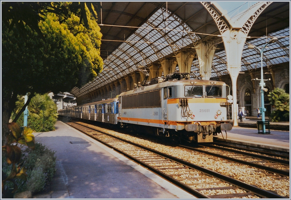 The SNCF BB 25651 with a TER in Nice-Ville.