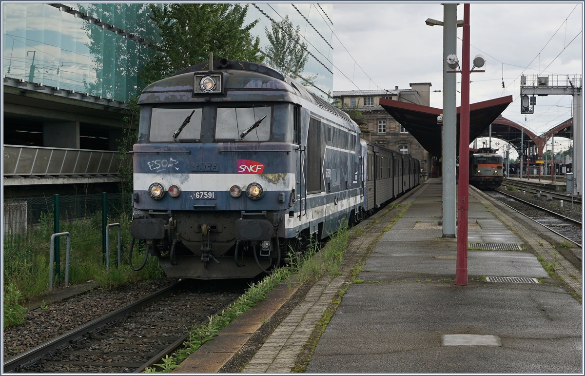 The SNCF BB 67591 with a TER in Strasbourg. 