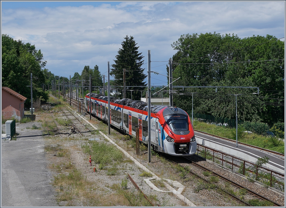 The SNCF Régiolis tricourant Z 31519 comming from Coppet will be shortly arriving at the Evain les Bains Station.