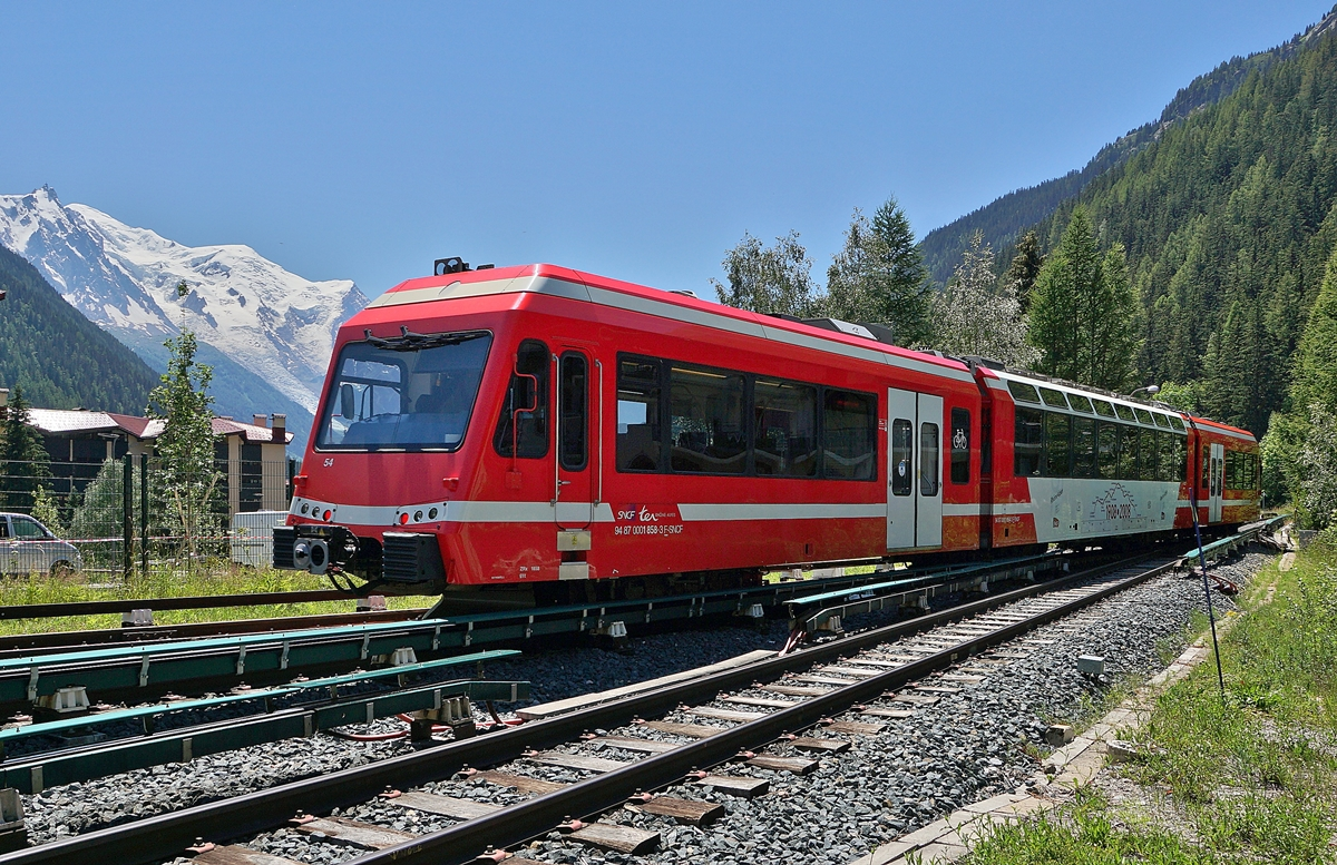The SNCF TER 18920 from Vallorcine to St Gervais is leaving the Argentière (Haute-Savoie) Station. 
