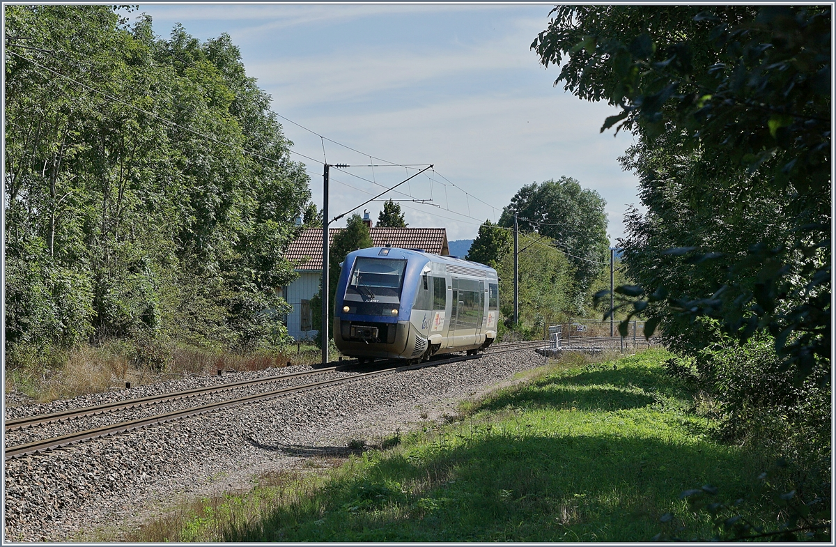 The SNCF X 73767 is arriving at the Station La Rivière-Drugeon. This TER 895714 is on the way from Pontarlier to Dôle-Ville.