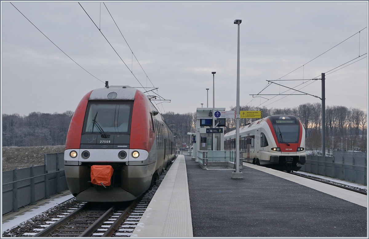 The SNCF X27569 to Belfort and the SBB RABe 522 220 to Biel/Bienne in Meroux TGV. 