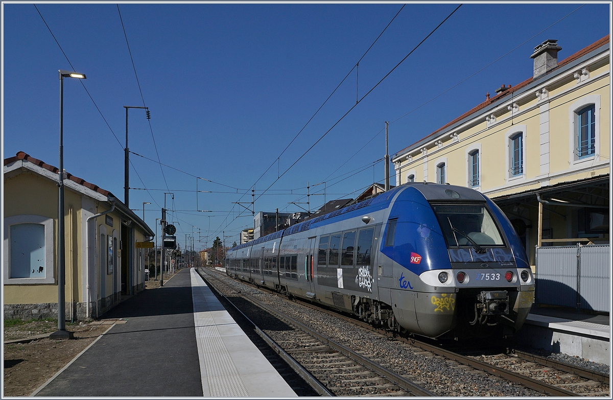 The SNCF Z 27533/534 from Evian les Bains to Lyon by his stop in Thonon les Bain.