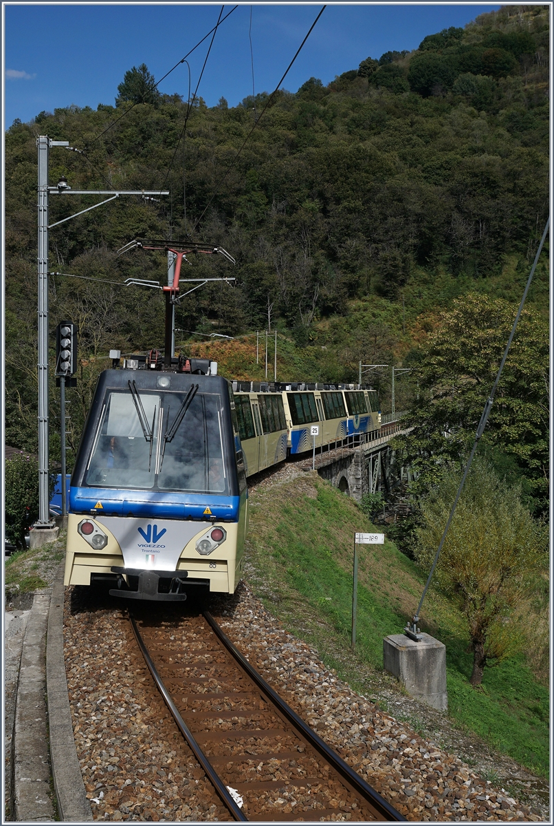 The SSIF Treno Panoramico on the way to Locarno by Intragna. 