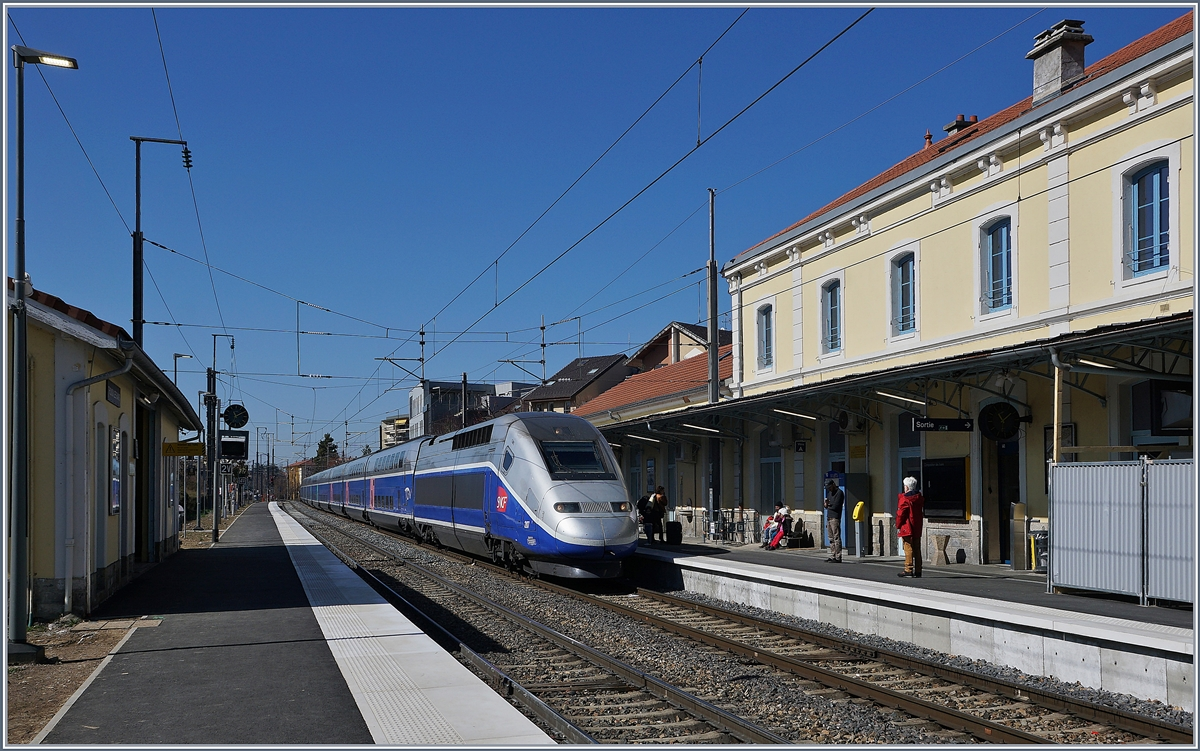 The TGV 6501 from Paris to Evian is arriving at Thonon.
