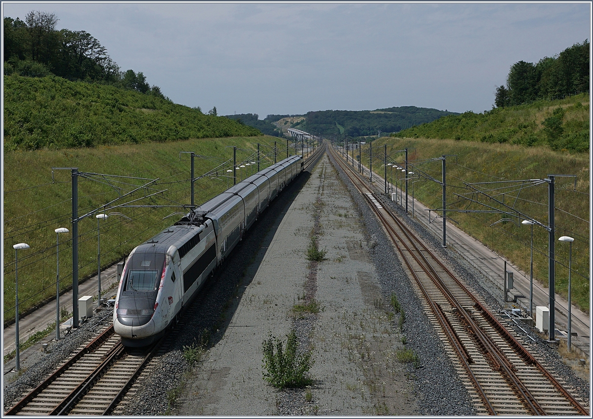 The TGV 6704 from Mulhouse to Paris is leaving the Belfort Montbeliard TGV station. 