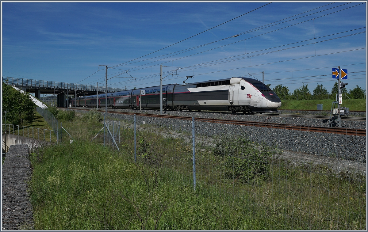 The TGV 9880 from Luxembourg to Montpellier is leaving the Belfort-Montbéliard TGV Station. 