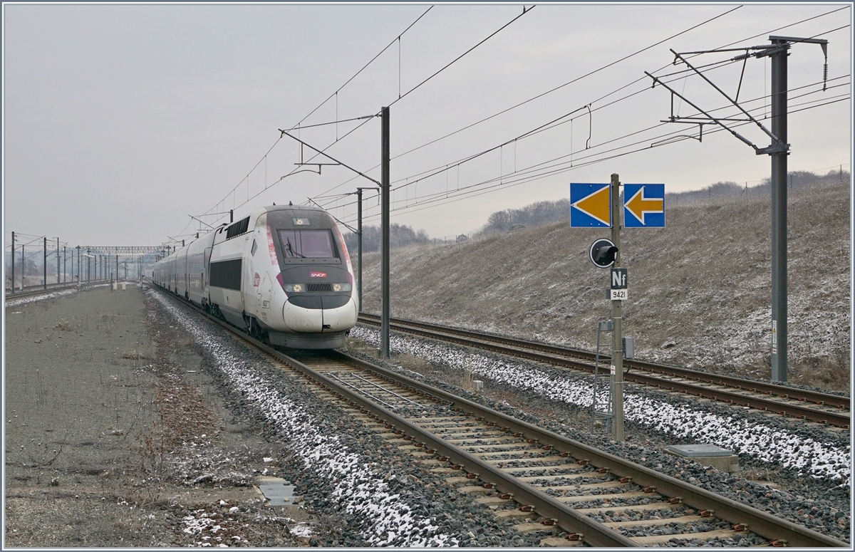 The TGV 9880 from Luxemburg to Montpellier is arriving at the Belfort-Montbelier TGV Station.
