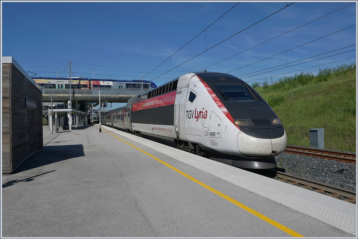 The TGV Lyria 9203 Rame 4409 Stan Wawrinka by his stop at the Belfort Montbéliard TGV Station. 