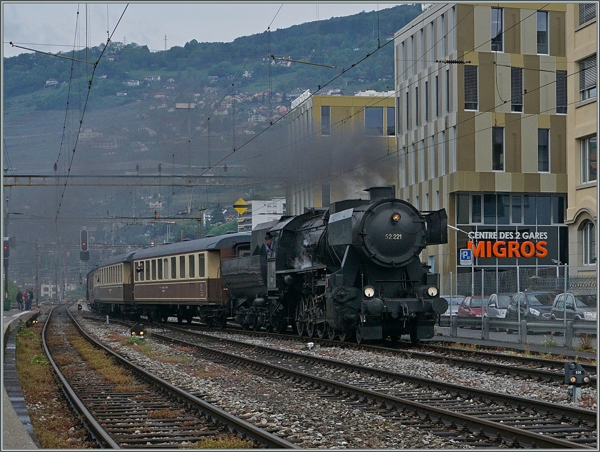 The VVT 52 221 is arriving at Vevey. 