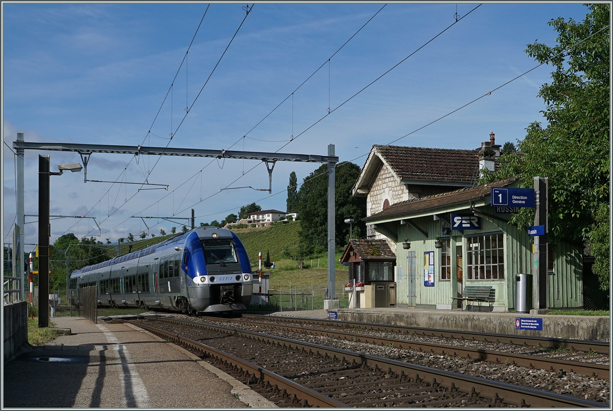 The Z 82717 on TER Service 96605 from Bellegarde to Geneva in Russin.