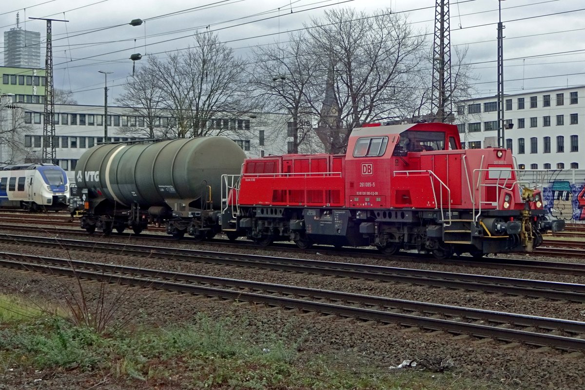 They don't come much shorter than this: DB 261 085 hauls one tank wagon through Köln West on 20 February 2020.