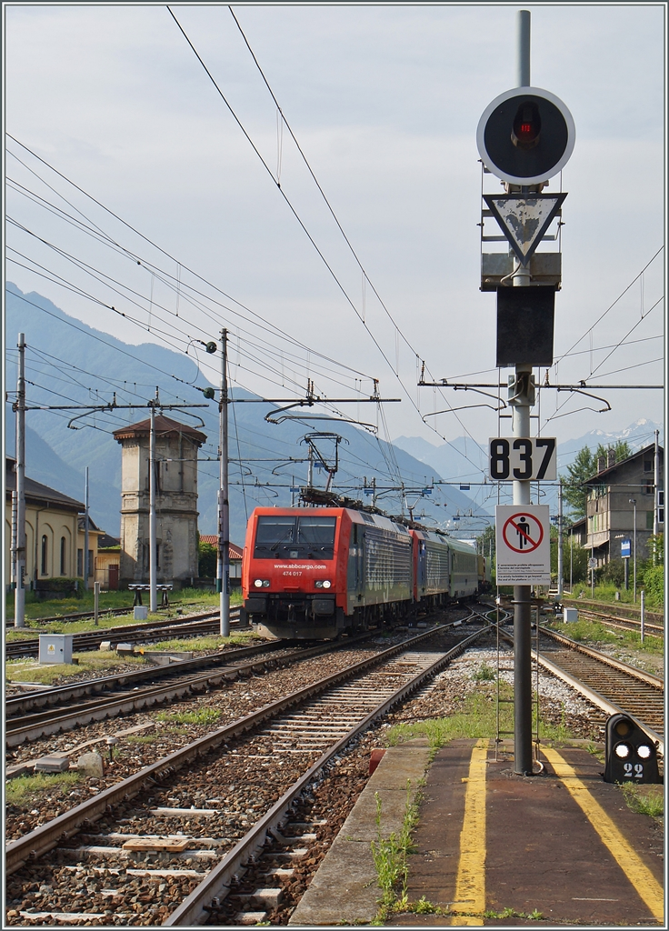 Two Re 474 arriving with a RoLo at Domodossola.