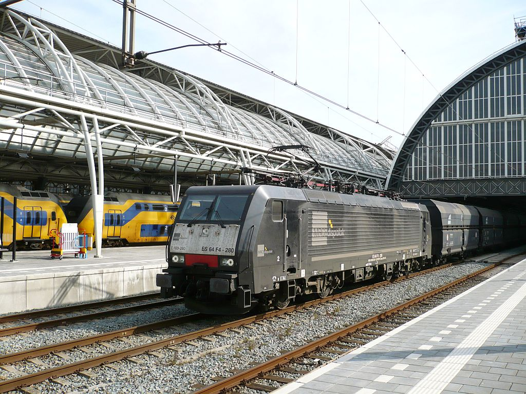 TXL 189 280 with a freighttrain track 6 Amsterdam Centraal Station 02-10-2013.